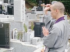 旧墓地において供養・抜魂式を執り行い遺骨を取り出します。