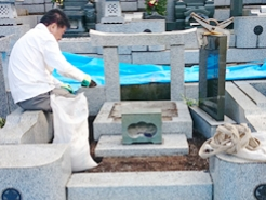 墓石の撤去工事を行う